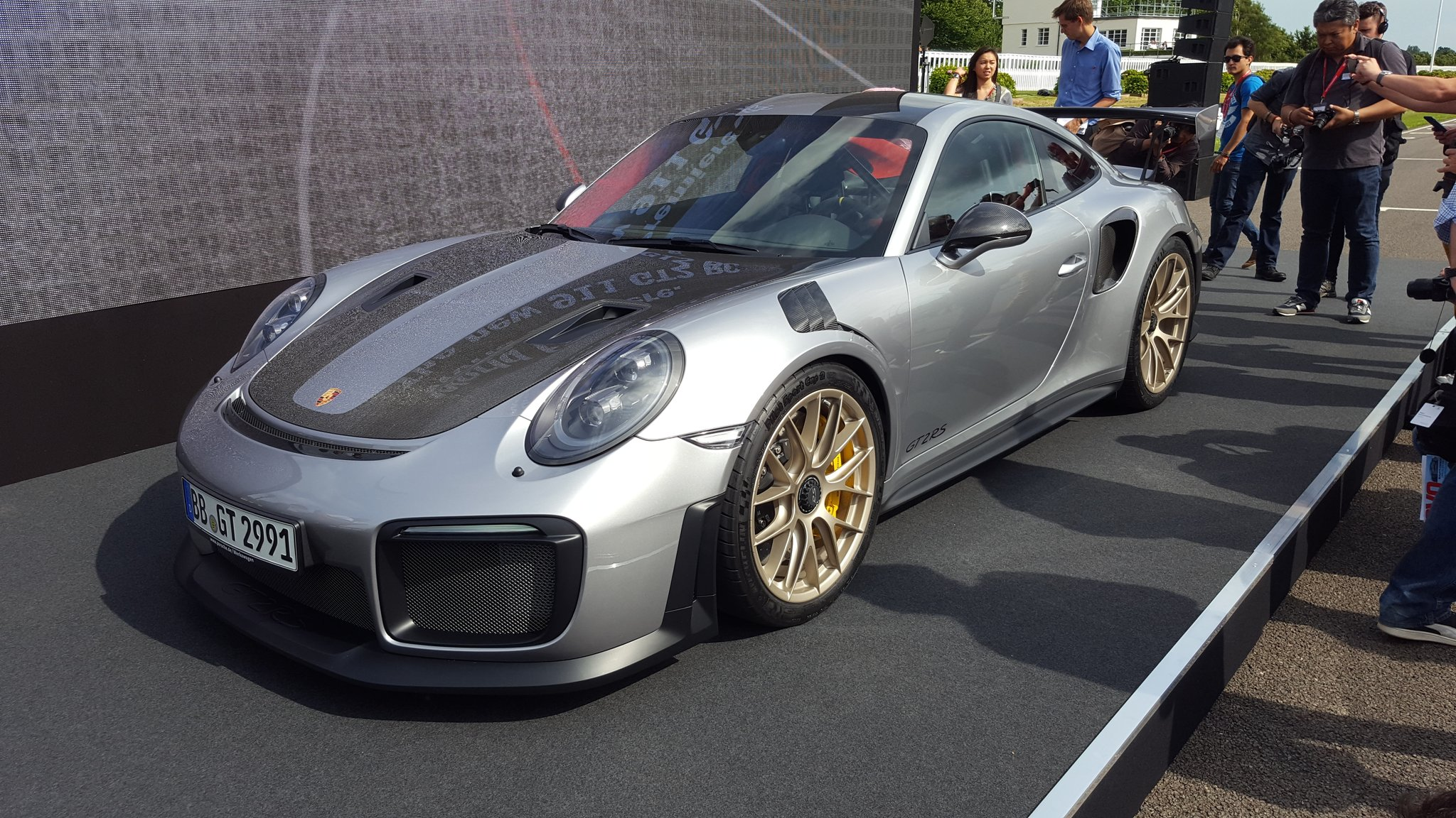 700hp porsche gt2 rs is finally official video. Black Bedroom Furniture Sets. Home Design Ideas
